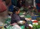 Mưa ngập đồng, giá rau xanh tại chợ Hà Nội tăng mạnh