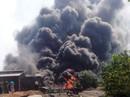 Video clip cháy kinh hoàng tại xưởng tái chế lốp xe cũ sau tiếng nổ