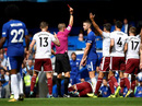 Nhận 2 thẻ đỏ, nhà vô địch Chelsea thua thảm sân nhà