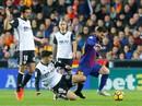 """Trọng tài quyết """"phá"""", Barcelona suýt trắng tay ở Mestalla"""