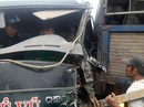Hơn 1 giờ giải cứu tài xế xe tải mắc kẹt trong cabin