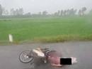 Chở con đến trường, mẹ bị sét đánh tử vong