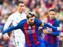 """Ronaldo """"đá xoáy"""" cầu thủ Barcelona trong lễ nhận giải FIFA"""