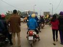 Xe chở công nhân Samsung va chạm xe máy, 3 mẹ con thương vong