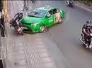 CLIP: Tài xế taxi tông thẳng tên cướp ở Sài Gòn