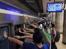 Hàng trăm người đẩy nghiêng tàu điện ngầm, cứu nạn nhân mắc kẹt