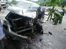 Hai ô tô đối đầu kinh hoàng, hành khách văng ra đường