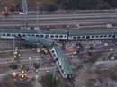 Tàu lửa trật đường ray ở Ý, máu chảy dọc thân tàu