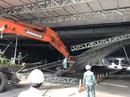 CLIP xe tải kéo sập giàn giáo ở hầm sông Sài Gòn, giao thông tê liệt