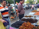 Khám phá chợ đặc sản côn trùng chiên giòn của Campuchia