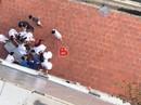 Cụ ông lao qua cửa sổ tầng 6 bệnh viện xuống đất tử vong
