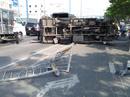 Kinh hãi xe tải văng qua làn xe máy trên đường Võ Văn Kiệt