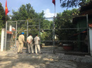 Chính quyền đến biệt phủ xây trái phép kiểm tra, người làm không chịu mở cửa