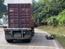 Đi xe máy lao xuống dốc tốc độ cao, tông vào sau xe đầu kéo tử vong