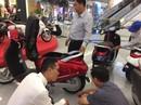 Nhiều người tò mò đến xem, đặt mua xe máy điện của Vinfast