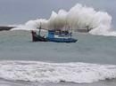 Thót tim với sóng cao ngất đập vào Phú Quý trước khi bão số 9 vào