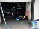 Cảnh sát PCCC giải cứu tầng hầm bị ngập trên đường Phan Xích Long
