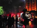 Hàng loạt xế hộp được di chuyển khỏi đám cháy trong đêm