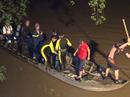 Va chạm với xe máy, một bé gái đang dắt xe đạp qua cầu rơi xuống sông