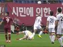 Kinh hoàng cảnh sao K-League té gãy cổ sau pha không chiến