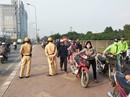 Tránh CSGT phạt, đoàn cả trăm người dắt xe máy ngược chiều trên phố Hà Nội