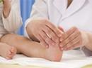 Bé 4 tuổi hay đau, lạnh chân là bệnh gì?