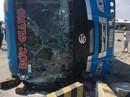 Xe khách lao vào dải phân cách, 7 người thương vong