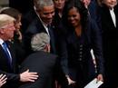 Bận tang lễ cha, ông Bush vẫn nhớ chuyền kẹo cho bà Obama