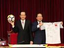 Bán đấu giá áo, bóng U23 Việt Nam tặng Thủ tướng