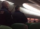 """Máy bay hạ cánh khẩn vì hành khách """"xì hơi"""" bất chấp, ẩu đả"""