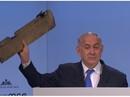"""Thủ tướng Israel đưa mảnh vỡ máy bay tới hội nghị Đức """"vỗ mặt"""" Iran"""