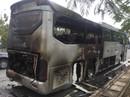 Hơn 10 người la hét trên xe khách bốc cháy ở đường Mai Chí Thọ