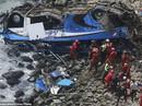 Xe buýt lao từ vách đá xuống bãi biển, 48 người thiệt mạng