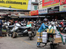 """TP HCM: Nhiều bãi giữ xe vẫn """"trơ gan"""" trên vỉa hè"""
