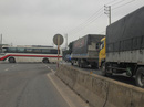 Xe ô-tô khách chắn ngang Quốc lộ 1, gây ách tắc hơn 2 km