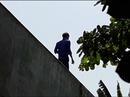 Video: Vây bắt kẻ ngáo đá nhảy cầu, leo lên nhà dân cố thủ