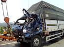 Xe tải lao vào trạm thu phí BOT, tài xế chết kẹt trong cabin