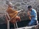 """Người mặc đồ nhà sư đọc """"thần chú"""", vẩy """"nước thánh"""" tại chùa Hương Tích"""