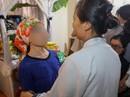2 người nhận giác mạc đến nhà thắp hương tri ân bé Hải An