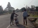 """CSGT nói về clip """"buộc 2 thanh niên xì lốp xe dẫn bộ"""""""
