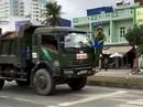 """Cảnh sát phải """"đánh đu"""" trên đầu xe tải"""