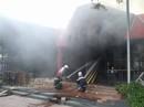Cháy lớn quán bar, lực lượng chữa cháy dùng búa phá cửa