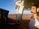 Angelina Jolie gây ấn tượng khi bay trên sa mạc