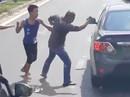 Lãnh đủ vì đánh võ sĩ vô địch thế giới sau va chạm giao thông