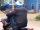 """Thanh niên tay """"nghịch"""" điện thoại, chân lái xe máy bị phạt hơn 7 triệu đồng"""