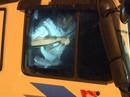 """Tông thẳng vào công an, 2 """"ma men"""" cầm xà beng cố thủ trong xe tải"""