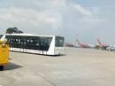 """Xe buýt sân bay """"trôi"""" vênh hàng rào ở Tân Sơn Nhất"""