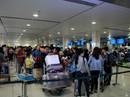 Lóa mắt trước điện thoại xịn, 1 nhân viên sân bay bị bắt