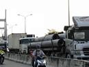 Sợ tốn dầu, tài xế xe Container đậu dốc cầu Phú Mỹ để ngủ