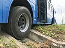 Hành khách la hét thất thanh khi xe buýt bị xe tải ép văng lên lề